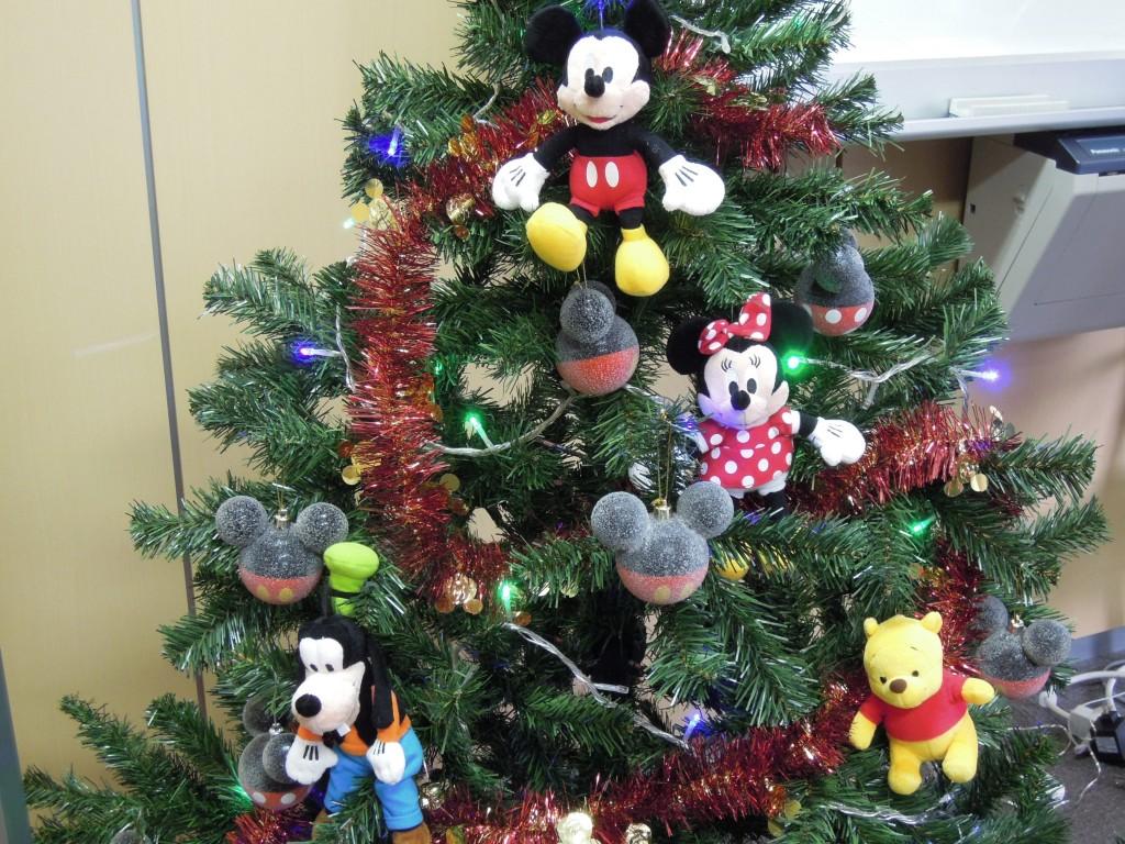 ディズニー生誕110周年記念のスペシャルクリスマスツリー